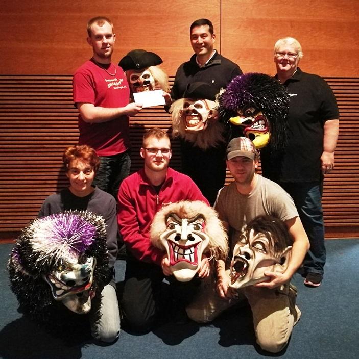 Vorsitzender Patrick Weber erhält Geburtstagsgrüße von Bürgermeister Markus Hollemann Mitglieder Blächdängler mit neuen Masken Foto: Guggemusik Blächdängler Denzlingen e.V.